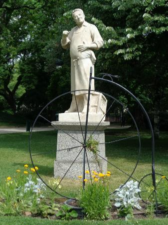 Statue au paon picture of jardin du grand rond toulouse tripadvisor for Jardin grand rond toulouse