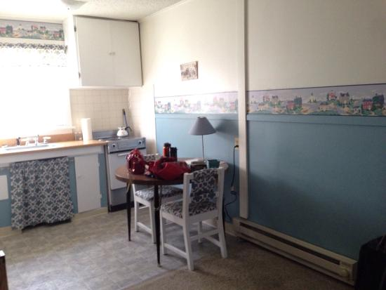 Anchorage Motel: Surprisingly roomy and cute kitchen, and living room !