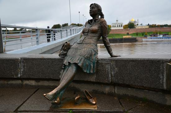 Великий новгород памятник девушке туристке надгробные памятники сургут