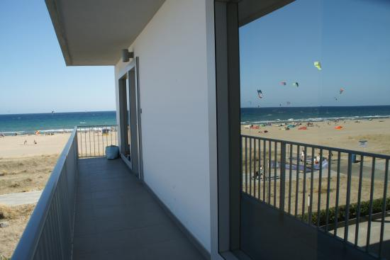 Apartamentos Marfina : Reflection of the beach in my rooms window