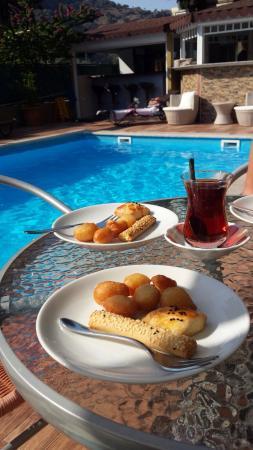 Berg Hotel: Thé au bord de la piscine