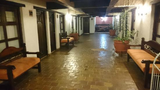 Plaza Magnolias Hotel: Pasillo fuera de la habitacion