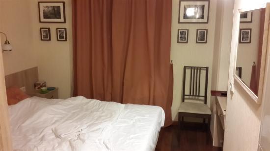 Davidov Guest House: Вот такую крохотную комнатёнку мы получили вместо заявленого на сайте бронирования огромного, пр