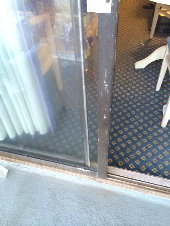 Sea Mist Oceanfront Resort: rust and dirty carpet