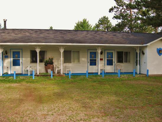 Pointe North Motel: Back cottages
