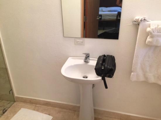 Malecon House: bare bathroom with NO countertop