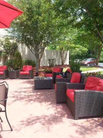Outdoor smoking/seating area. - Picture of Hilton Garden Inn ...