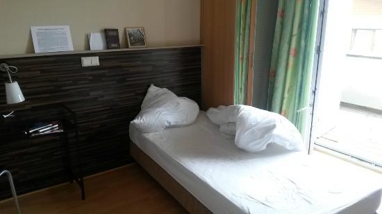 Das große Einzelzimmer mit kleinem Bett (auf Rollen ...