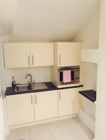 Lower Belgrave Street Apartments: Kitchen - as soon as u enter the main door