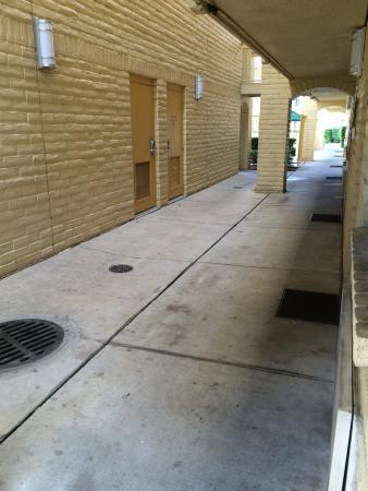 La Quinta Inn Tampa Bay Pinellas Park Clearwater : Escadaria, corredores e estacionamento. Sem manutenção e limpeza alguma.