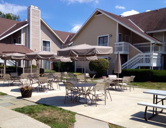 Hawthorn Suites By Wyndham Fishkill/Poughkeepsie Area: Patio Tables with Unbrellas