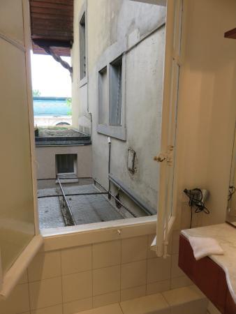 Villa Eden Palace Au Lac : Bathroom view over machinery below