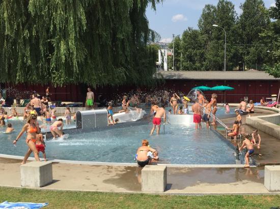 Piscina con giochi d 39 acqua x bambini e veduta panoramica for Piscine x bambini