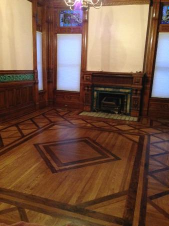 Shakespeare Chateau Bed & Breakfast: Beautiful restored floor and woodwork