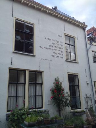 De Muurgedichten van Leiden: Tutte le poesie sono riportate in lingua originale