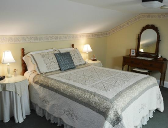 Blushing Rose Bed and Breakfast: Moonbeam Room