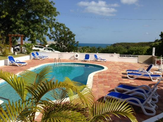 Dickenson Bay Cottages: Outdoor pool looking over the beach