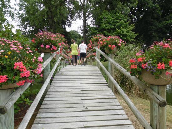 Begard, Frankrig: petit pont au centre du parc