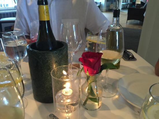 Cape Sea Grill: Lovely, simple table set up.