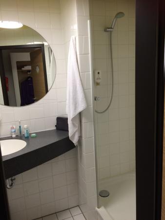 B&B Hotel Kaiserslautern: The wardrobe & the bathroom