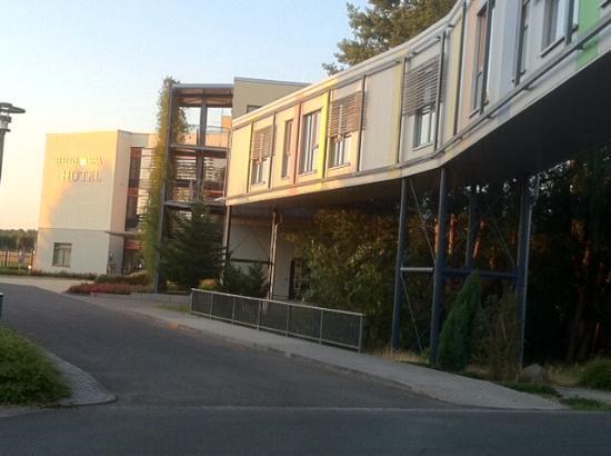Heide Spa Hotel & Resort: Bequem: Bademantelgang vom Hotel zum Wellness-/Badebereich