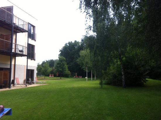 Heide Spa Hotel & Resort: Hotelecke von hinten mit Wiese vor der Terrasse