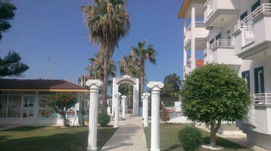 Delicieux Anthos Garden: Колонны, на выходе входе отеля