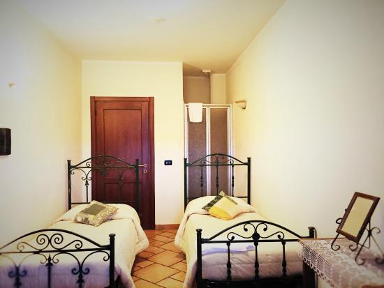Camera doppia con letti singoli e bagno privato foto di - Camera con tre letti ...