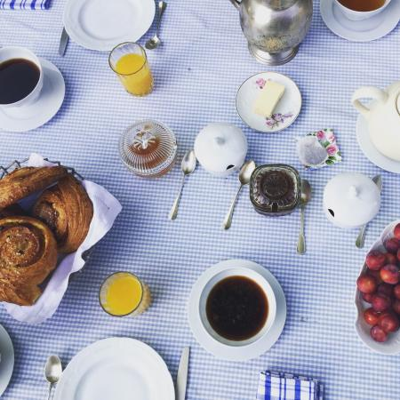 Palaminy, Frankrike: A perfect breakfast in the garden with pastries from the local bakery. Romantic and absolutely d