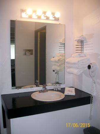 Conley Resort: The vanity was bright and sunny.