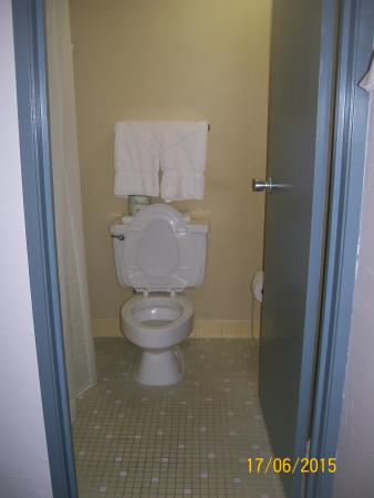 Conley Resort: The bathroom was clean and bright!
