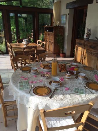 Le Tertre Fleuri: La maison fleurie et la table du petit déjeuner avec pétales de roses, s'il vous plaît, merci Fr