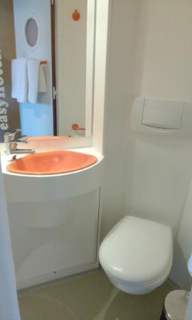 easyHotel Sofia: Bathroom. small but nice design.