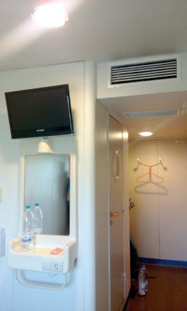 easyHotel Sofia: Room. The AC is working well.