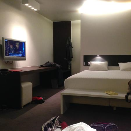 Parkhotel Roeselare: Large bed in room/suite 51