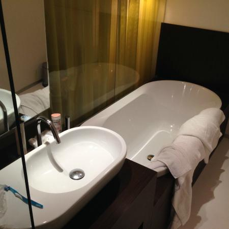 Parkhotel Roeselare: Spacious bathroom