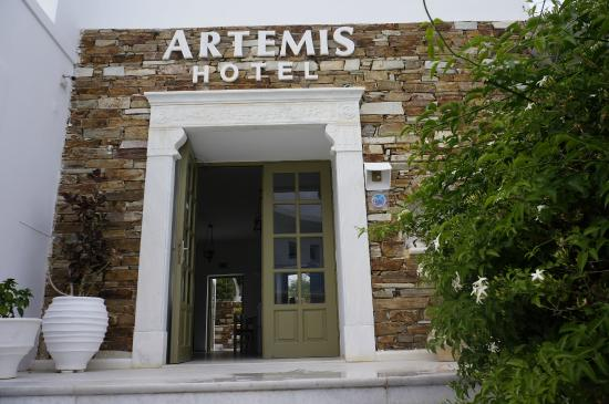 Artemis Hotel: The entrance of the hotel