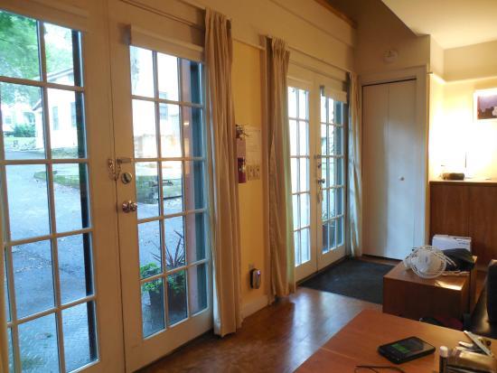 Inn on Columbia: Cottage living room