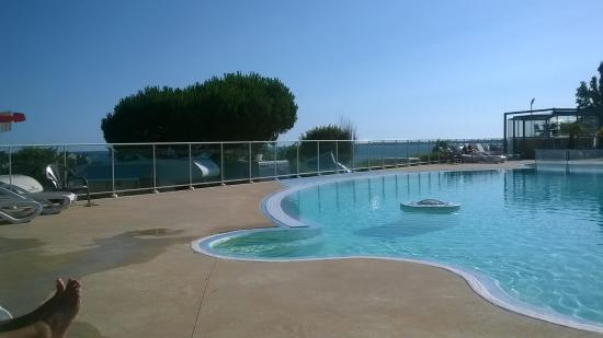 Camping Les Sables Blancs : pool and view