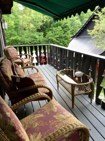 Whisperin' Pines Chalet : Private deck off our room