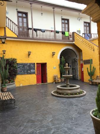 Flying Dog Hostel Arequipa: Hostal Court Yard