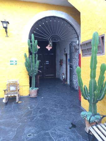Flying Dog Hostel Arequipa: Entrance to the street