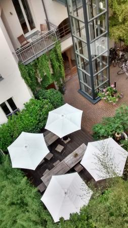 Schoenhouse Apartments: patio