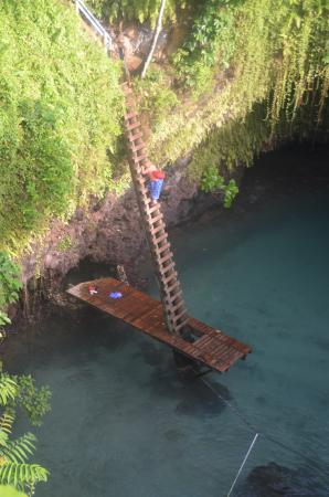 Lalomanu, Samoa: Climbing down the stair way - no hand rails