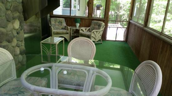 Goshorn Lake Cottage Condominiums : Nice screened porch