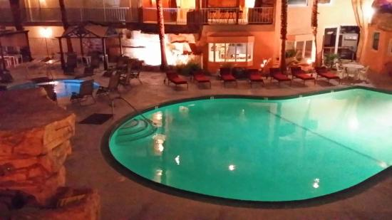 Hyundae Resort And Spa: Pool at night
