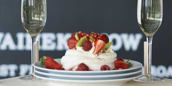 Waiheke Island, New Zealand: Pavlova and seasonal fruits