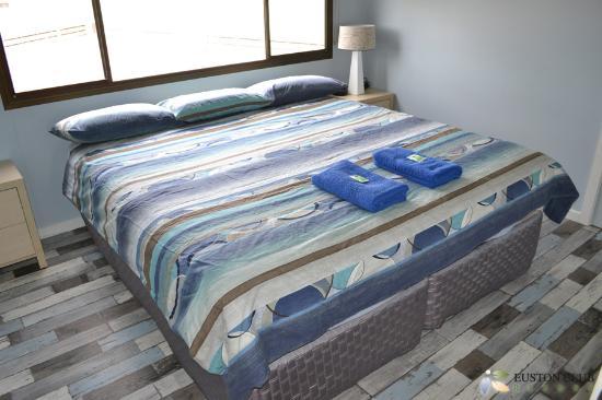 Euston Club & Cabin Resort: Premium Cabin - Main Bedroom