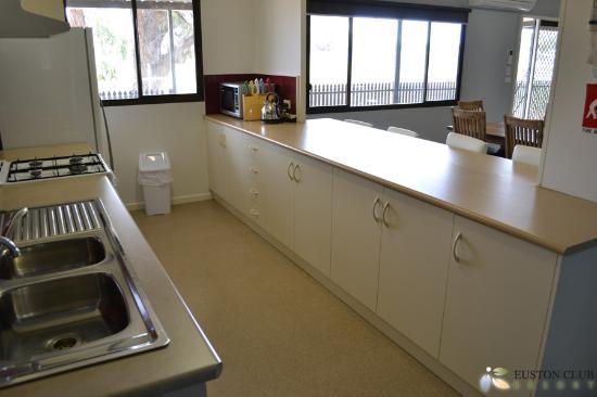 Euston Club & Cabin Resort: Premium Cabin - Kitchen