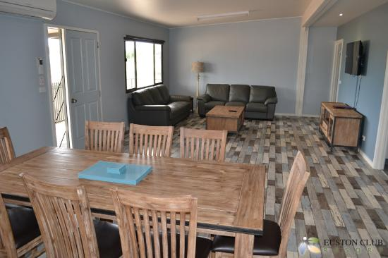 Euston Club & Cabin Resort: Premium Cabin - Lounge & Dining
